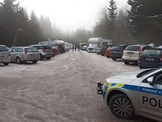Parkoviště na Šerlichu je opět plné, v Deštné zbývá pár míst. Policisté na...