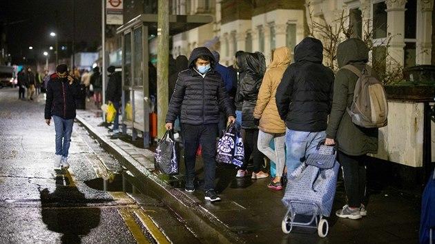 Zahraniční studenti v Británii hladoví, musí pro jídlo do bank
