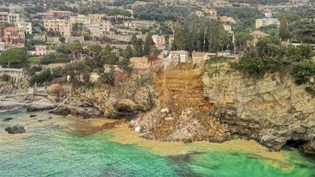 200 rakví s nebožtíky plavalo v moři. V Itálii se zřítil starý hřbitov