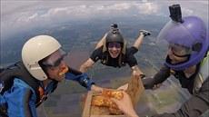 Parašutisté si vychutnali pizzu při volném pádu