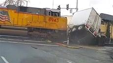 Řidič ignoroval padající závory, kamion smetl vlak