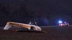 Nouzové přistání na nevyšlo, letadlo se převrátilo