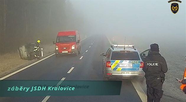 VIDEO: Řidič dostal u nehody smyk a převrátil se, hasič sotva stihl uskočit