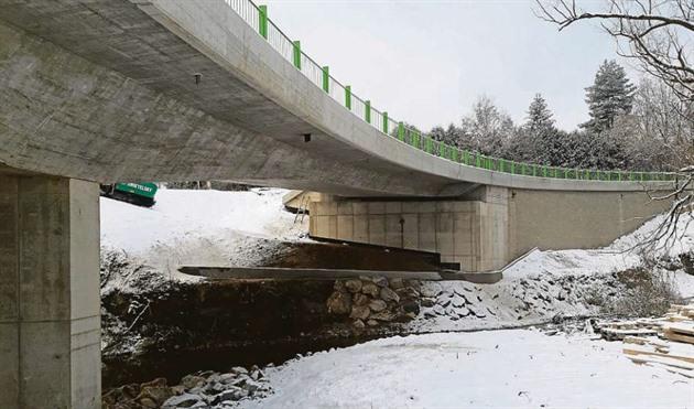 Po novém mostě přes říčku Smutná se jezdí již přes měsíc, ale dokončovací práce skončí až v půlce března.