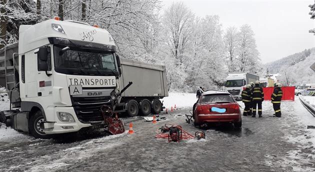Řidič audi dostal na zasněžené silnici za Vimperkem smyk a přejel do protisměru, kde se střetl s kamionem.
