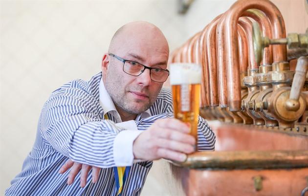 """""""Ukázalo se, že lidé si ve větší míře začali kupovat pivo domů, když už nemohli zajít na čepované,"""" říká ředitel strakonického Dudáka Dušan Krankus."""