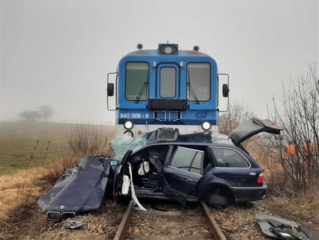 Po srážce vláčel vlak auto po kolejích ještě 300 metrů.