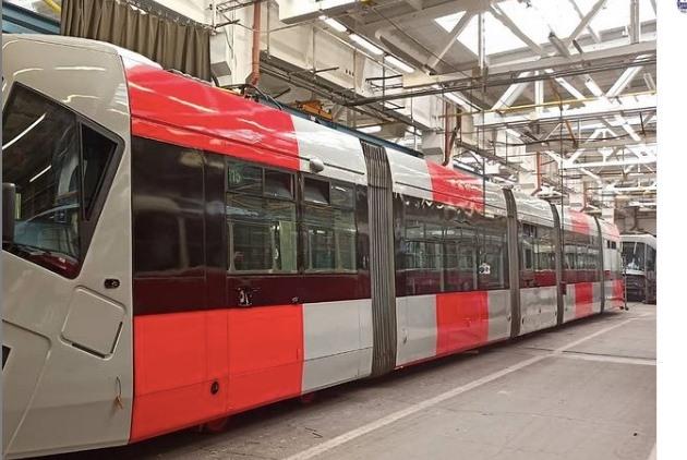 Nový šedočervený kabát má už také jedna tramvaj