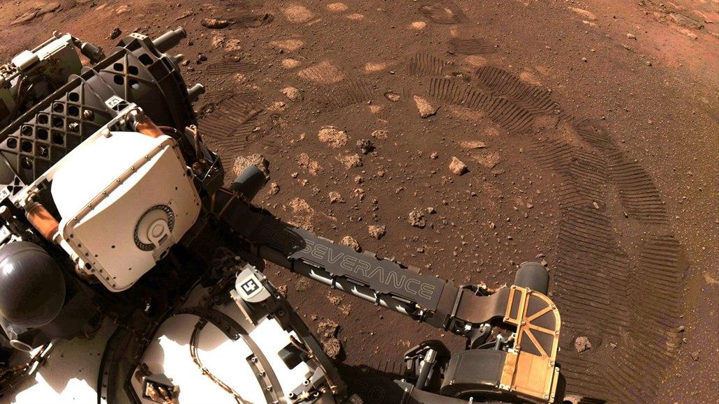 Perseverance má na Marsu za sebou první výlet, 6,5 metru urazil za 33 minut