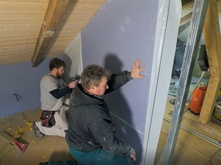 V podkroví se pomalu rodí obrysy koupelny a ložnice.