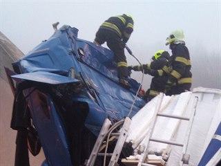Vůz narazil do čela tunelu, při nehodě byli zraněni dva lidé.