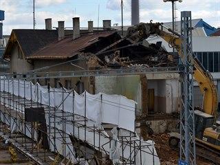 Nádražní budova v teplických Řetenicích postupně padá k zemi.