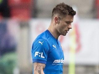 Vyloučený Martin Fillo z Ostravy opouští hřiště v utkání proti Slavii.