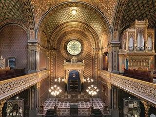 Hlavní sál. Čtvercový půdorys sálu obklopují ze tří stran galerie nesené...