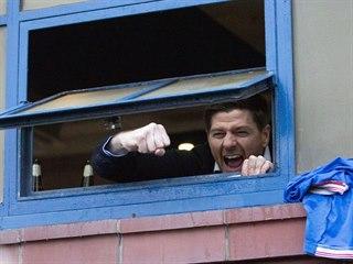 Steven Gerrard, trenér skotských Rangers, vykukuje z kabiny na ulici, kde...