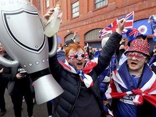 Fanoušci skotských Rangers slaví zisk historicky pětapadesátého mistrovského...