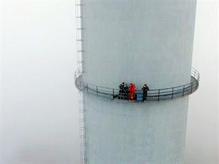 Lezci na ochoz chvaletického komínu ve výšce 160 metrů vytáhli stelivo pro...