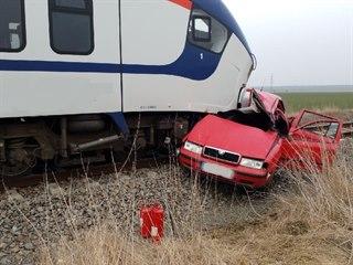 Srážku s vlakem na železničním přejezdu u Zaječic nepřežila dvoučlenná posádka...