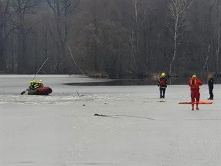 Hasiči k záchraně tří dětí, pod kterými se probořil led na zámeckém rybníku v...