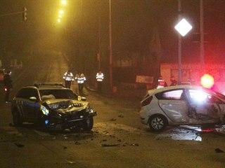 Policisté pronásledovali řidiče, při tom bourali do projíždějícího auta....