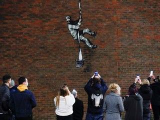 """Banksyho """"prchající vězeň"""" na zdi věznice v Readingu"""