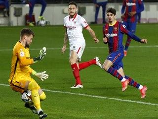 Tomáš Vaclík ze Sevilly inkasuje po pokusu barcelonského Martina Braithwaita.