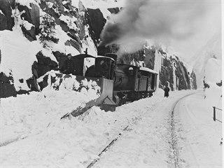 Zimní údržba horské železnice šplhající až do výšky přes 1 100 m. n. m. byla v...