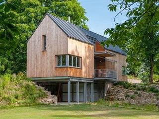 Částečně podsklepená dvoupodlažní dřevostavba je směrem do zahrady osazená na...