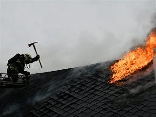Požár roubenky v Brtníkách na Děčínsku. (7. 3. 2021)