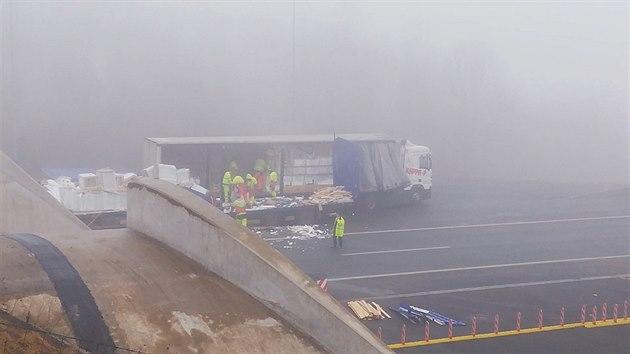 Kamion narazil do čela tunelu na dálnici D8