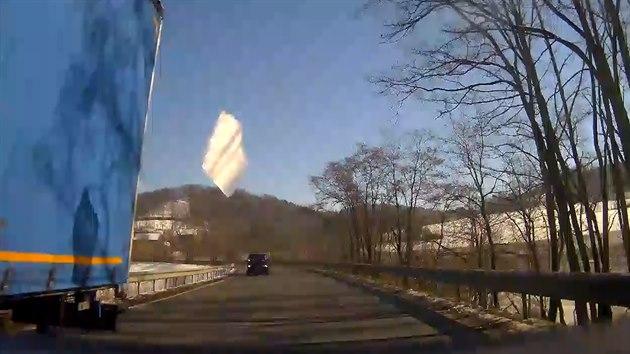 Led z kamionu proletěl policejním autem