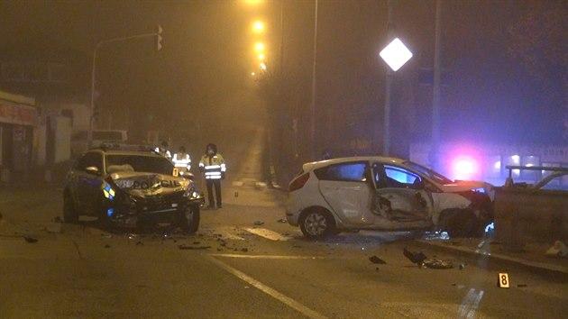 Při pronásledování řidiče nabourali policisté do projíždějícího auta