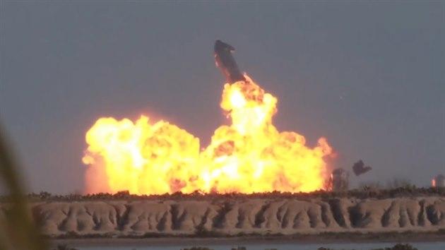 Prototyp velké lodi SpaceX konečně úspěšně přistál, pak však vybuchl