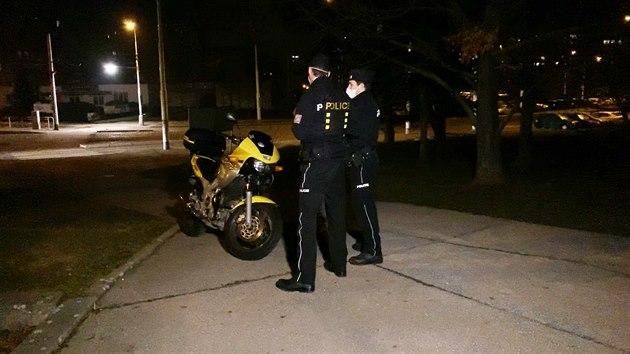 V pondìlí motorkáø naboural, když ujíždìl pøed policisty. V motorce mìl uložené drogy. (1.3.2021)