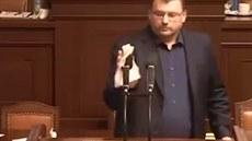Volný zadržel dech a dezinfikoval řečnický pultík