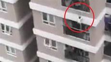 Dívka zázrakem přežila pád z dvanáctého patra domu