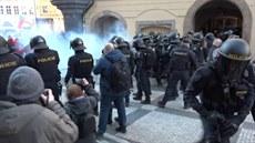 Demonstranti se v centru Prahy střetli s policisty
