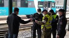Na cestující čekali na perónu policisté i vojáci