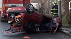 Řidič přetočil auto na střechu a od nehody utekl