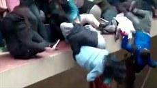 Pod studenty se prolomilo zábradlí, pět jich zemřelo