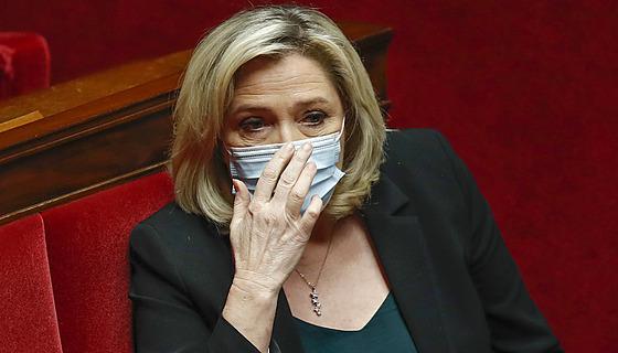 Předsedkyně Národní sdružení Marine Le Penová řeční ve francouzském parlamentu...