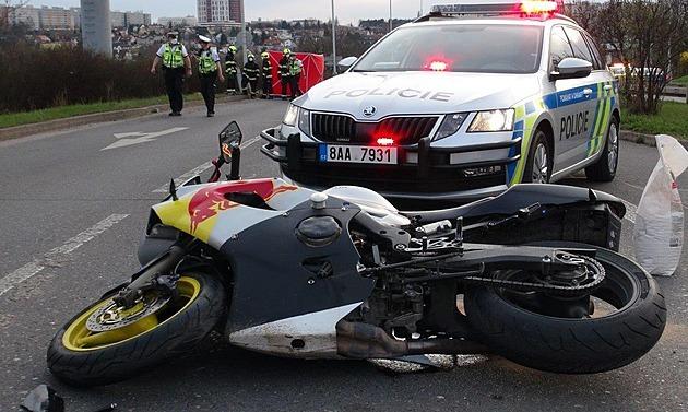 Motorkář na Praze 13 naboural do sloupu. Na místě zemřel