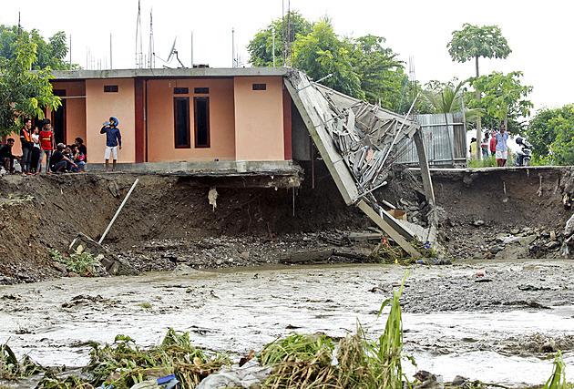 Záplavy a sesuvy půdy v Indonésii a Východním Timoru mají přes 70 obětí