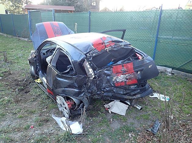 Na Českolipsku narazilo auto do stromu, pět lidí je zraněných