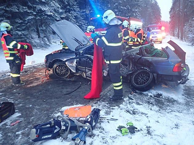 Při střetu dvou vozů na Jablonecku zemřel pasažér, zranilo se i dítě