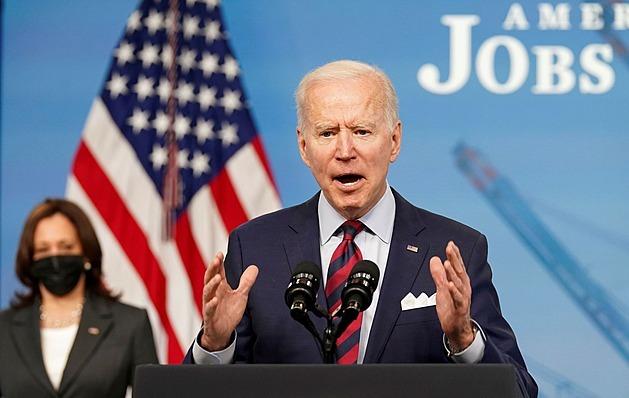 Biden navrhuje globální daň pro největší firmy. Má širokou podporu
