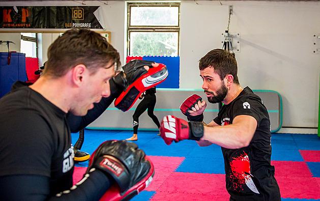 Jaroslav Dubský s koučem Michalem Novákem při tréninku budějovického Gladiators gym.