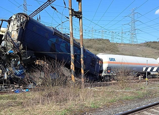 Na Teplicku se čelně srazily vlaky, strojvedoucí jednoho z nich zemřel