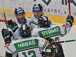 Hokejisté Mladé Boleslavi oslavují gól, který vstřelil Maris Bicevskis.