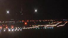 Noční přistání boeingu společnosti PPF